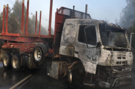 Ataque Incendiario Deja Dos Camiones Destruidos en Ruta Lumaco-Purén