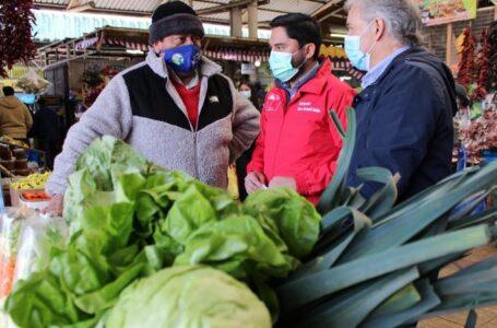 """Seremi de Agricultura presenta la tradicional """"canasta dieciochera"""" en la Feria Pinto de Temuco"""